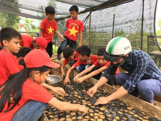 BCH Đoàn xã và Trường Tiểu học Hương Liên  Xây dựng vườn ươm giống hàng rào xanh tại Thôn 1