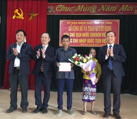 Trao quyết định nhập Quốc tịch Việt Nam cho ông Hồ Văn Ninh –