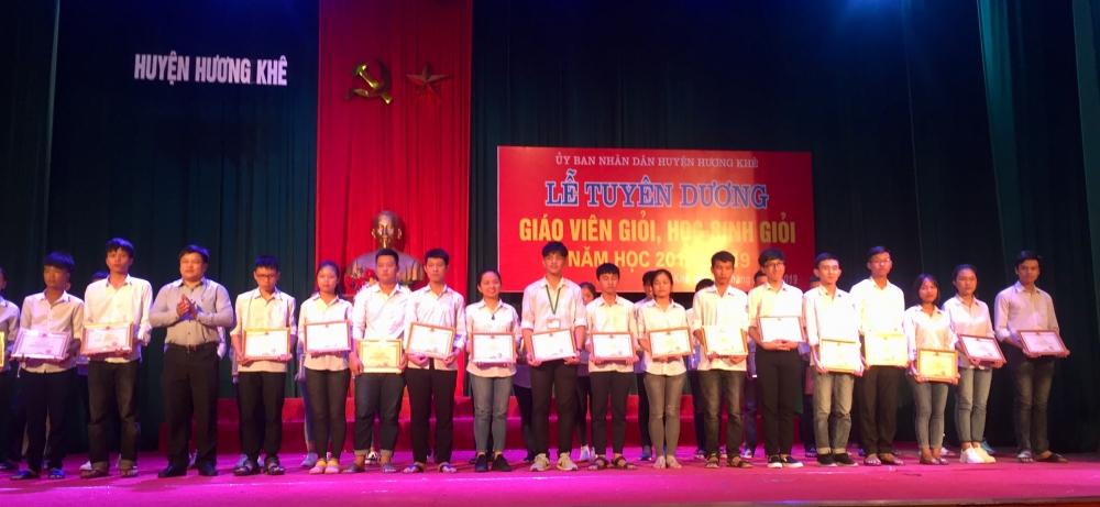 Tuyên dương khen thưởng 188 giáo viên dạy giỏi và học sinh giỏi các cấp năm học 2018 – 2019.