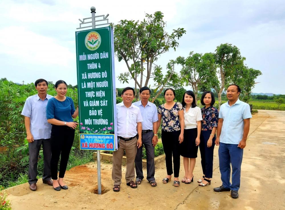 Công đoàn UBND huyện trao 22 chiếc Pano trị giá 15 triệu đồng  hỗ trợ xã Hương Đô xây dựng Nông thôn mới.