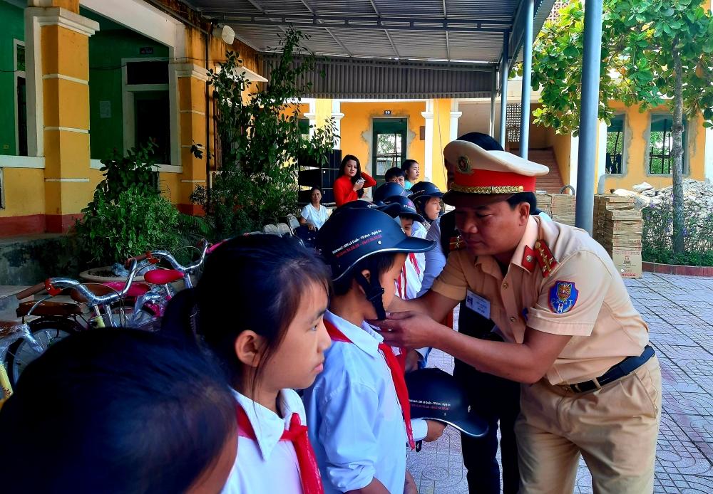 Tuyên truyền Luật Giao thông  và tặng quà cho học sinh Trường THCS Hà Linh