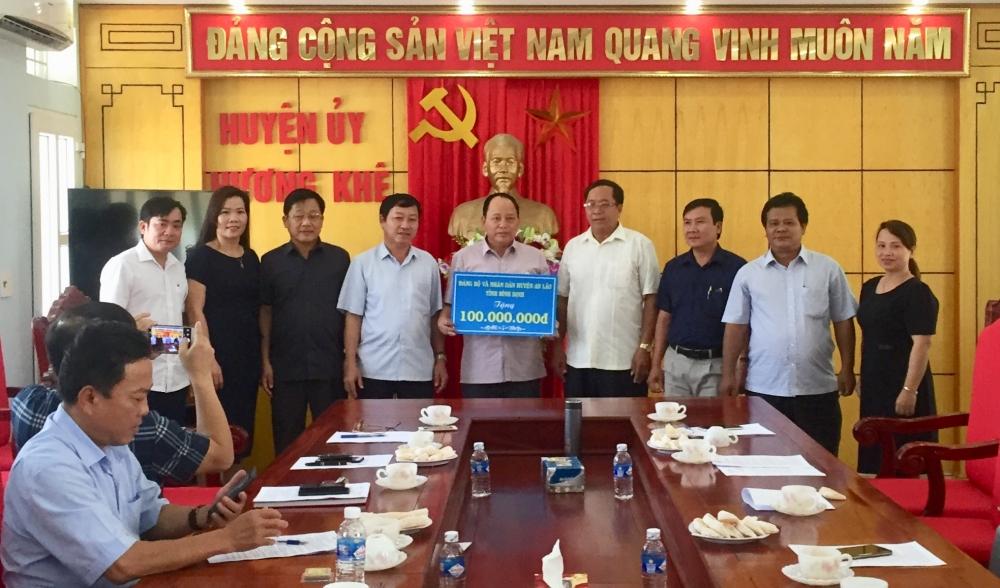Huyện An Lão tỉnh Bình Định , trao 100 triệu đồng hỗ trợ huyện Hương khê khắc phục hậu quả mưa bão.