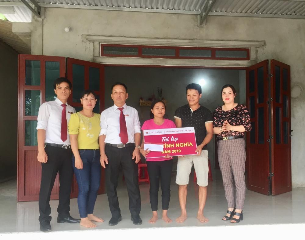 2 Hội viên phụ nữ nghèo được Ngân hàng hỗ trợ  làm nhà mái ấm tình thương