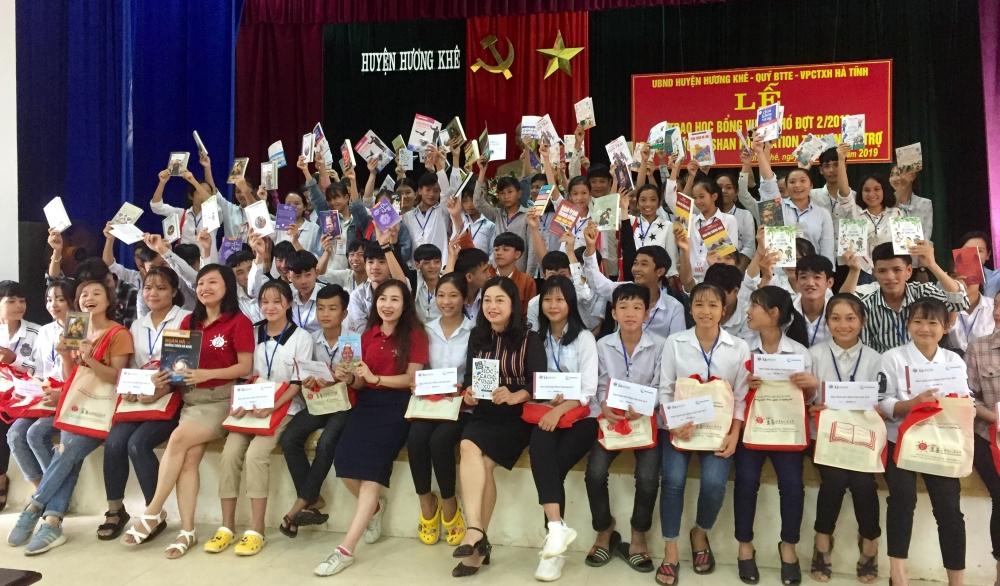 Hương Khê: Trao 92 suất học bổng cho học sinh nghèo học giỏi.