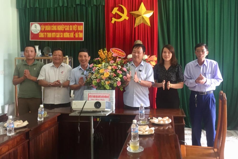Đồng chí Ngô Xuân Ninh, Phó Bí thư TT Huyện ủy  tặng hoa chúc mừng Doanh nghiệp nhân ngày 13/10