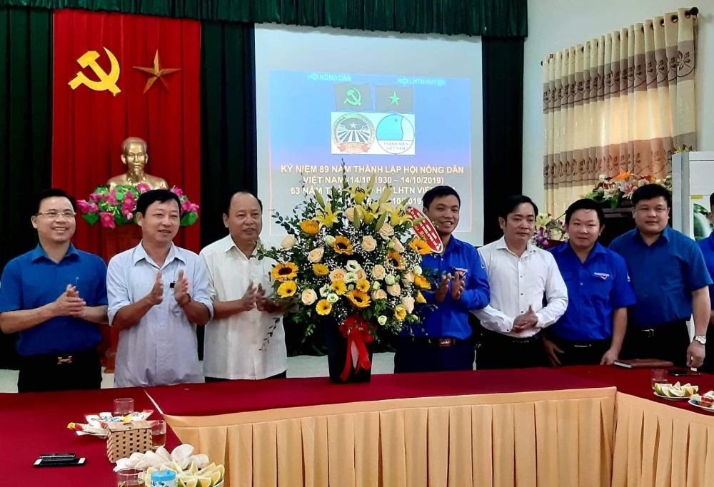 Lãnh đạo huyện chúc mừng Hội LHTN và Hội Nông dân huyện.