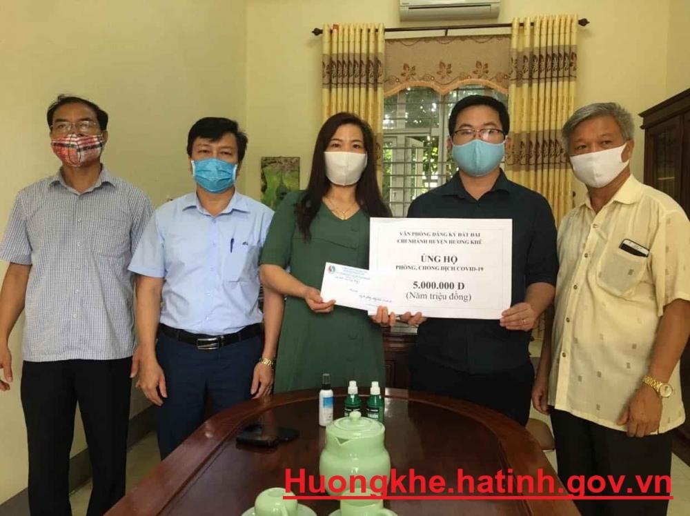 Hương Khê: vận động, quyên góp trên 1 tỷ đồng ủng hộ công tác phòng, chống dịch COVID-19