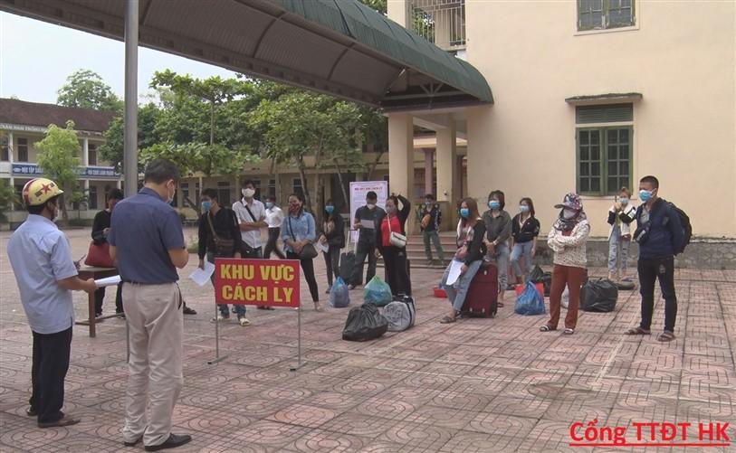 Hương Khê: Bàn giao 15 trường hợp cách ly tại Khu cách ly của huyện về tiếp tục cách ly, theo dõi tại hộ gia đình