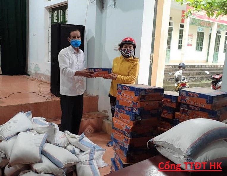 Phúc Đồng: Trao tặng 30 suất quà cho các hộ gia đình  khó khăn