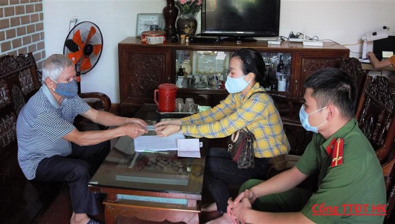 Hương Khê: Trên 10.000 người thuộc đối tượng có công, bảo trợ xã hội được nhận tiền chế độ tại nhà