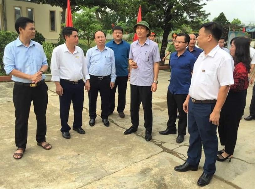 Phó Chủ tịch UBND tỉnh Đặng Ngọc Sơn kiểm tra các tiêu chí đạt chuẩn Nông thôn mới kiểu mẫu tại xã Hương Trà.