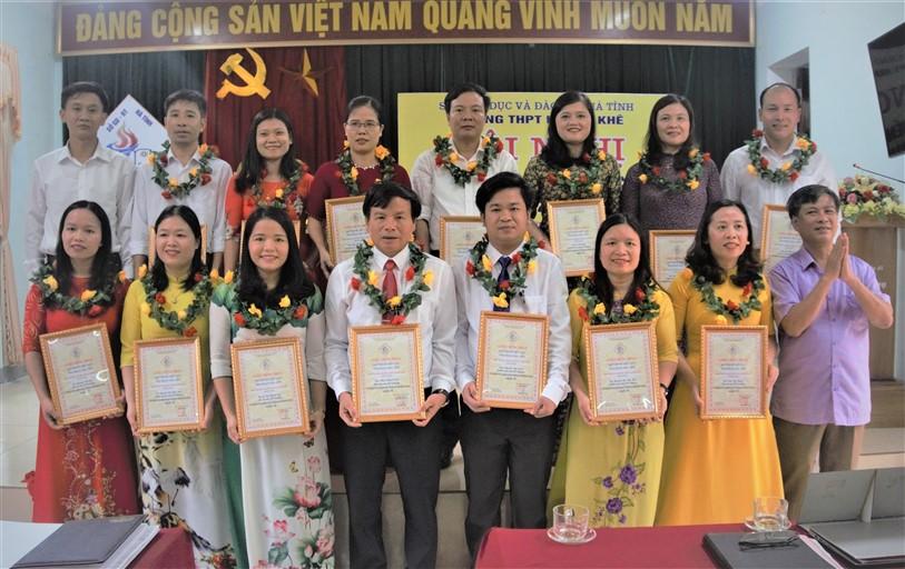 Trường THPT Hương Khê: Khen thưởng 3 tập thể và 15 cá nhân tại Hội nghị điển hình tiên tiến giai đoạn 2016 – 2020
