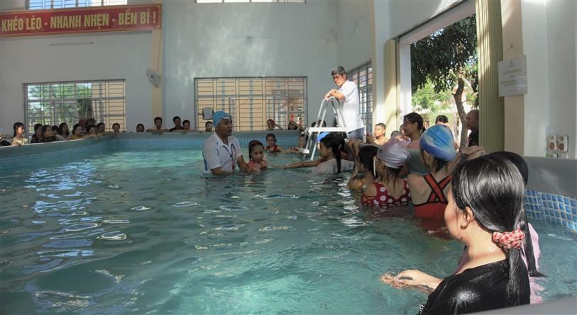"""Trường Tiểu học Phú Gia: phát động """" Ngày hội trẻ em, học sinh học bơi"""""""