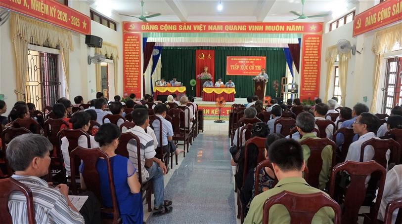Chủ tịch UBND huyện tiếp xúc cử tri Thị trấn Hương Khê.