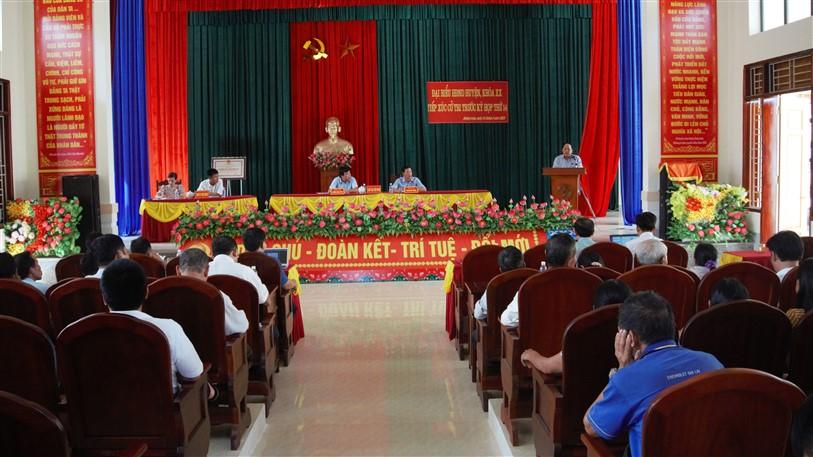 Đồng chí Bí thư Huyện ủy,chủ tịch HĐND huyện Đinh Hữu Tân tiếp xúc cử tri xã Hương Long.