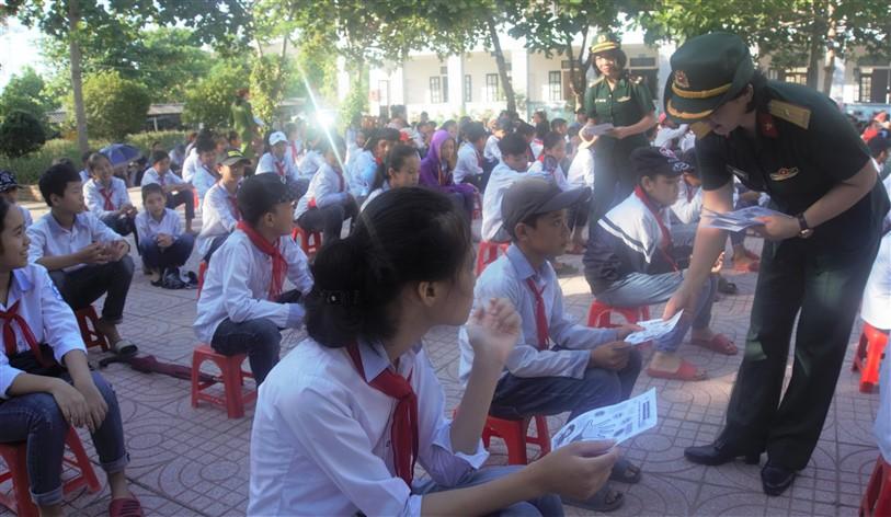 Hội Phụ nữ cụm thi đua số 2, tuyên truyền phòng chống xâm hại cho trên 700  em học sinh Trường THCS Phú Gia.