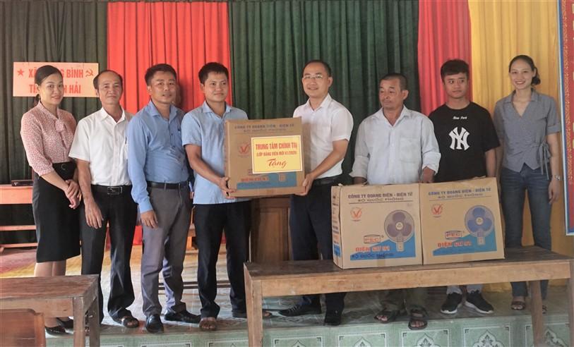 Lớp Đảng viên mới khóa 1, tặng quà hỗ trợ thôn Bình Hải  xây dựng Nông thôn mới