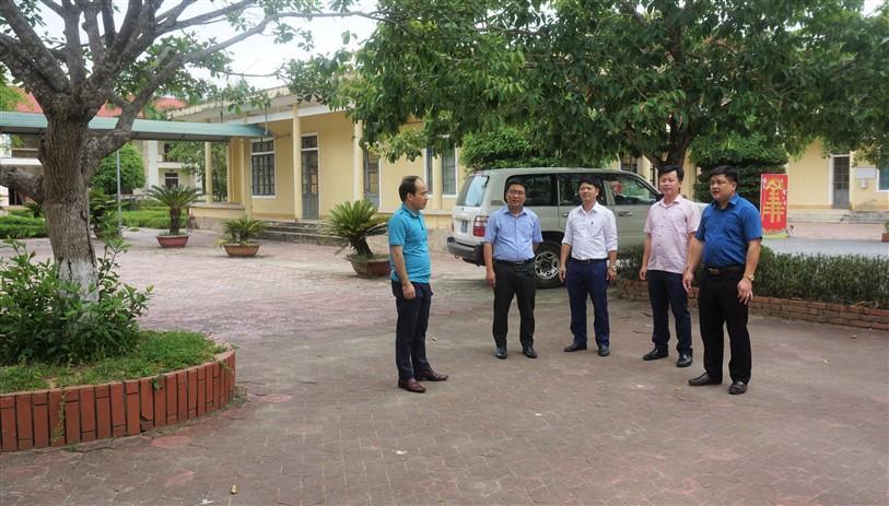 Phó chủ tịch UBND huyện Trần Quốc Bảo  kiểm tra công tác chuẩn bị, tại các điểm thi trên địa bàn huyện.