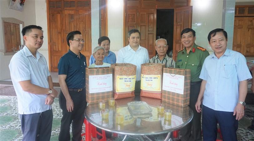 Chủ tịch UBND tỉnh và các đồng chí lãnh đạo huyện Hương Khê tặng quà cho các gia đình có  công tại xã Hương Long.