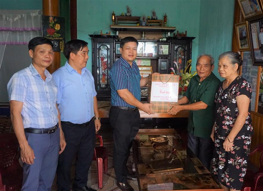 Phó Chủ tịch UBND huyện Trần Quốc Bảo tặng quà cho 3 gia đình có công với cách mạng tại xã Hương Giang.