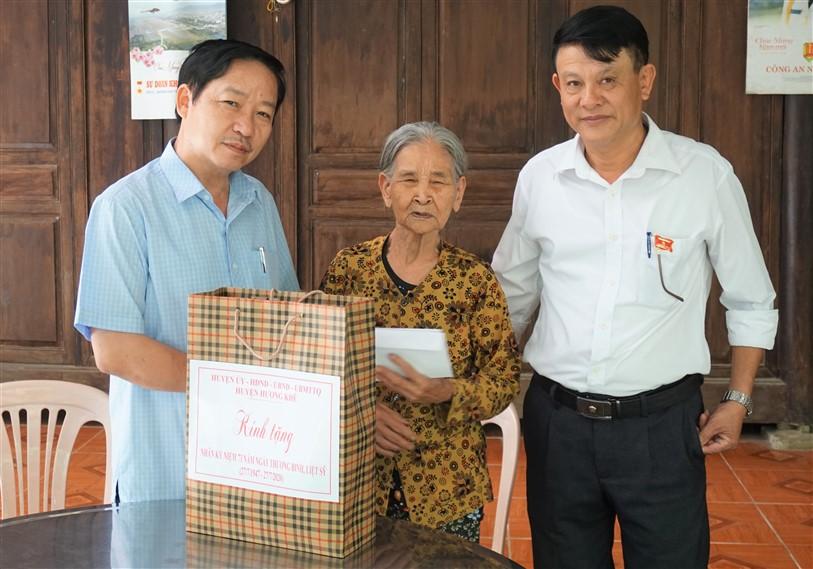 Đồng chí Ngô Xuân Ninh, Phó Bí thư Thường trực Huyện ủy tặng quà cho 4 gia đình chính sách tại Hà Linh và Điền Mỹ.