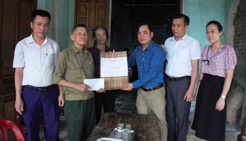 Phó Chủ tịch HĐND huyện, tặng quà cho 3 gia đình chính sách ở thị trấn huyện