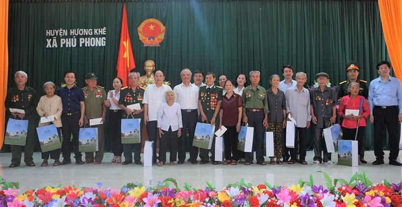 Phó Chủ tịch Quốc hội dâng hương tại NTLT huyện,  tặng quà nhân Kỷ niệm 73 năm ngày Thương binh - Liệt sĩ (27/7/1947 - 27/72020)