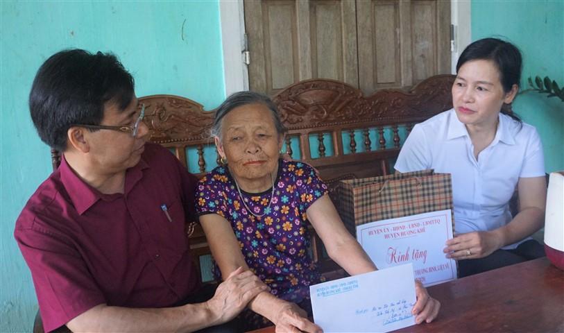 Đồng chí Lê Ngọc Huấn, Chủ tịch UBND huyện thăm và tặng quà cho 4 gia đình chính sách tại Hương Trạch và Phúc Trạch.
