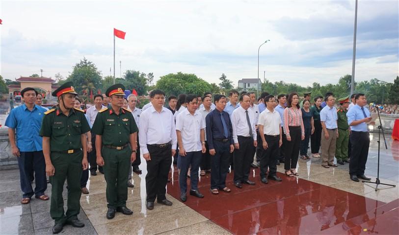 Các đồng chí Lãnh đạo huyện dâng hương tại Nghĩa trang liệt sỹ và Tượng đài Bác Hồ nhân kỷ niệm 73 năm ngày TBLS