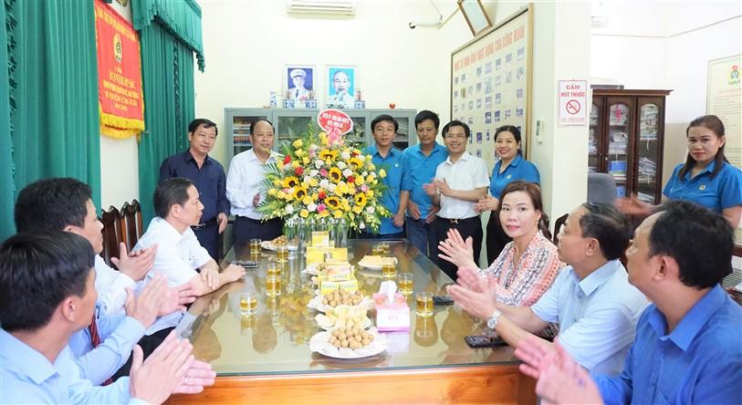 Các đồng chí lãnh đạo huyện tặng hoa chúc mừng Liên đoàn Lao động huyện nhân kỷ niệm 91 năm TL CĐVN