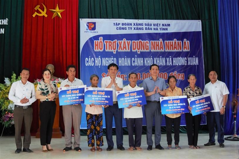Công ty Xăng dầu Hà Tĩnh hỗ trợ 200 triệu đồng xây nhà cho hộ nghèo tại xã Hương Xuân.