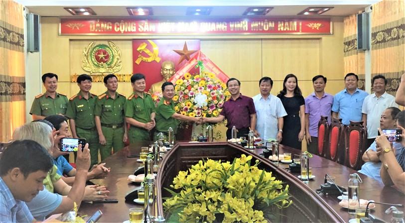 Đoàn lãnh đạo huyện Hương khê chúc mừng Công an huyện nhân kỷ niệm 75 năm Ngày truyền thống Công an nhân dân