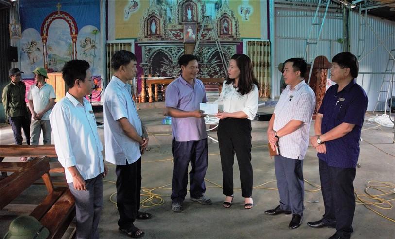 Lãnh đạo huyện thăm hỏi, hỗ trợ khắc phục sự cố cháy Nhà thờ Tân Phú  xã Hương Trạch