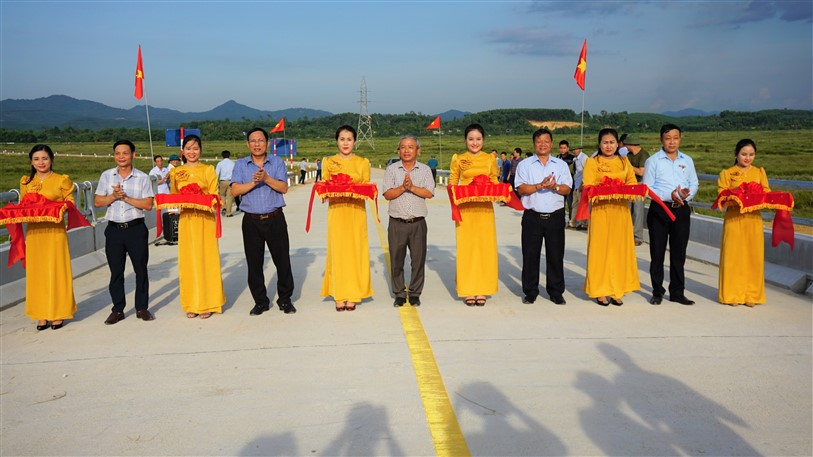 Khánh thành đưa cầu Hương Giang vào sử dụng