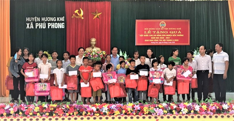 """32 suất quà được trao cho 32 em học sinh trong chương trình """" Tiếp bước con em nông dân nghèo tới trường"""""""