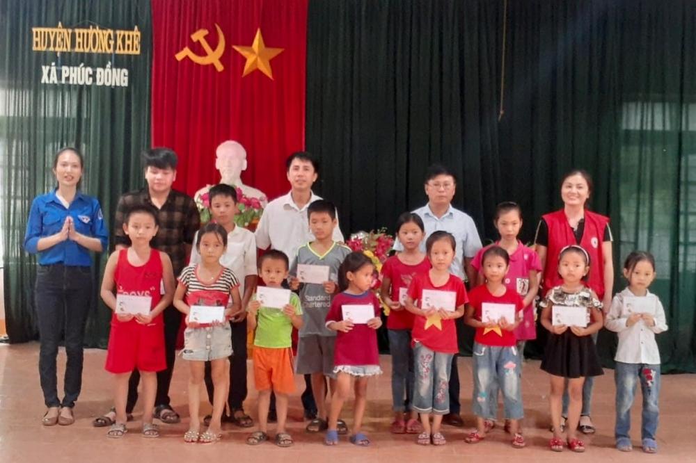 Đoàn xã Phúc Đồng: Trao tặng 15 suất quà cho các em học sinh