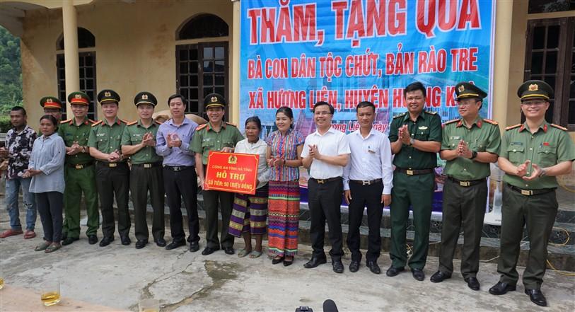 Công an tỉnh Hà Tĩnh thăm hỏi, tặng quà bà con dân tộc Chứt