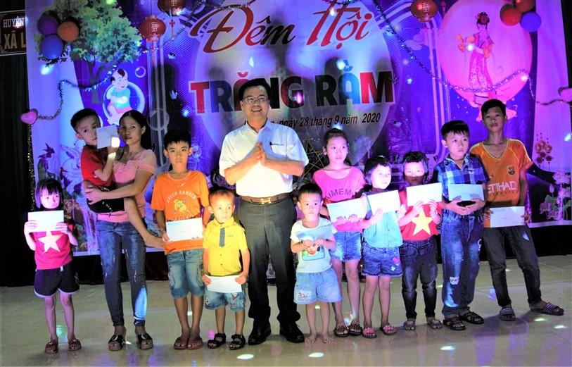 Bí thư Huyện ủy tặng quà Trung thu tại xã Lộc Yên.