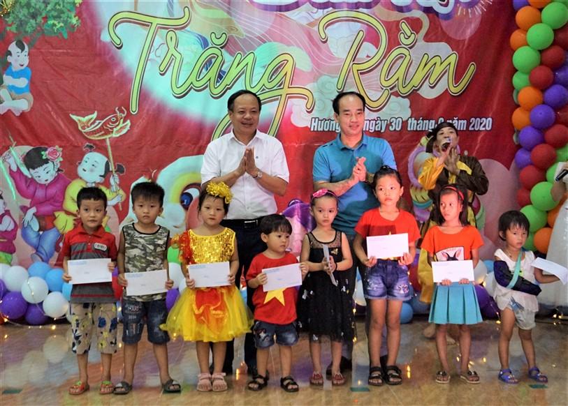 Đồng chí Nguyễn Văn Hiệp - PCT HĐND huyện dự đêm hội Trăng rằm tại xã Hương Đô