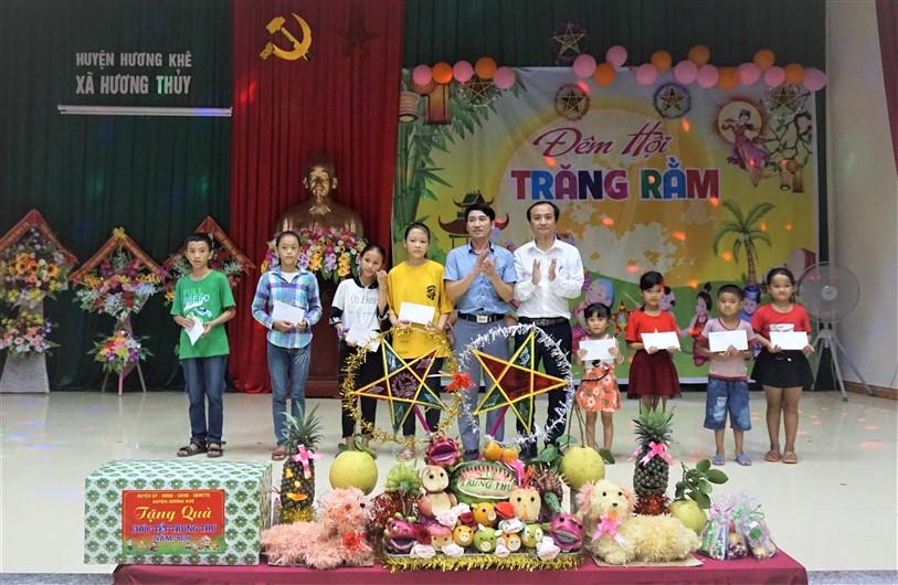 """""""Đêm hội trăng rằm"""" vui Tết trung thu tại xã Hương Thủy."""