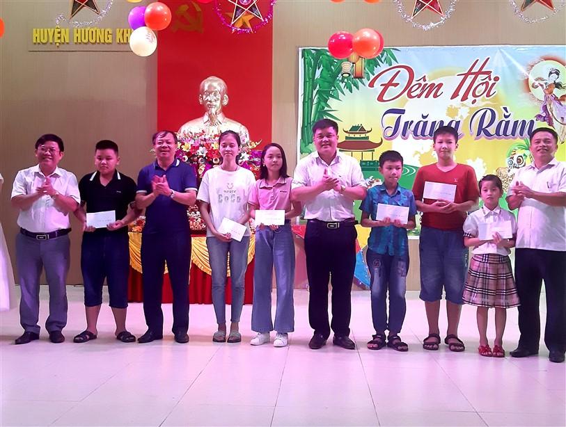 Công đoàn cơ quan Ủy ban Nhân dân huyện tổ chức Tết trung thu cho các cháu thiếu niên, nhi đồng