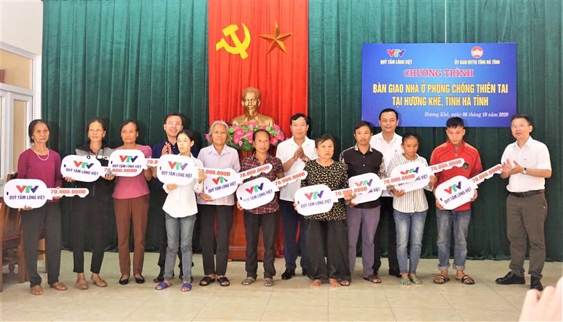 Quỹ Tấm Lòng Việt - Đài Truyền hình Việt Nam trao hỗ trợ 10 hộ nghèo trên địa bàn tỉnh Hà Tĩnh nhà tránh lũ