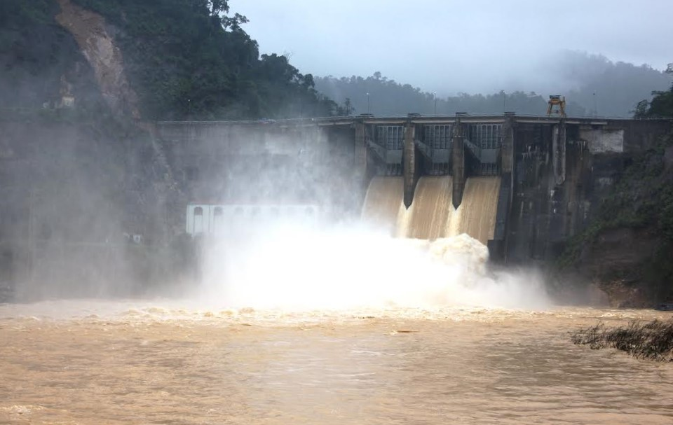 Điều tiết nước qua tràn đập thủy điện Hố Hô từ 9 giờ sáng nay 16/10.