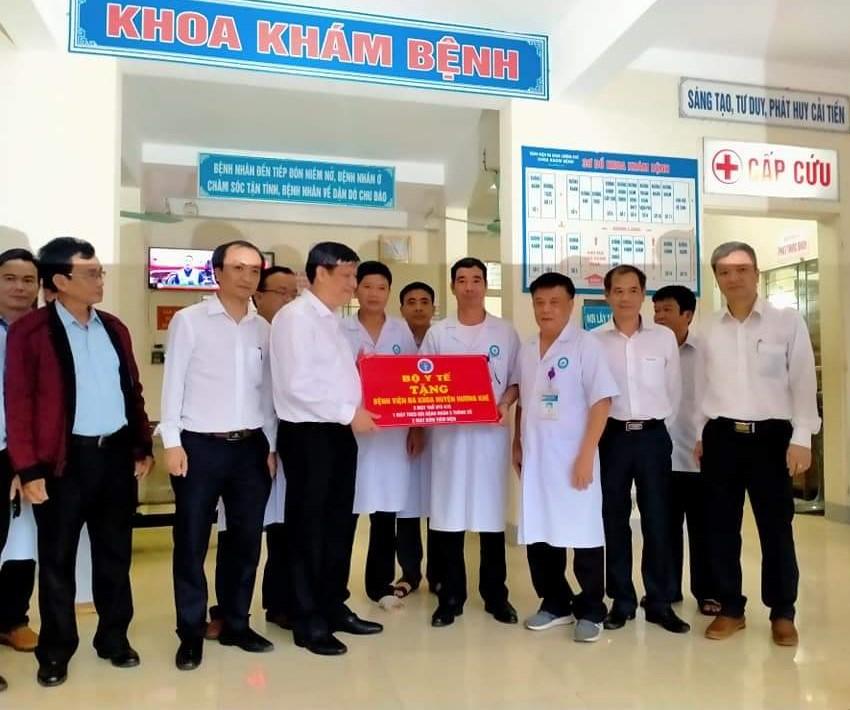 Quyền Bộ trưởng Bộ Y tế tặng Hương khê một số thiết bị y tế.