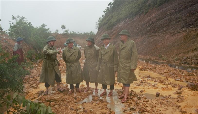 Phó giám đốc Sở TN&MT cùng các đồng chí lãnh đạo huyện Kiểm tra chỉ đạo công tác ứng phó với mưa lũ