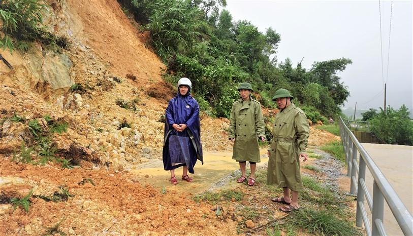 Đồng chí Ngô Xuân Ninh, Chủ tịch UBND huyện kiểm tra công tác phòng chống lũ tại Gia Phố và Hương Trạch.