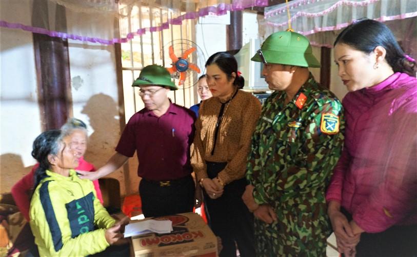 Lãnh đạo huyện Hương Khê động viên gia đình chiến sỹ Cao Văn Thắng gặp nạn trong vụ sạt lở đất tại khu vực đóng quân của Đoàn 337