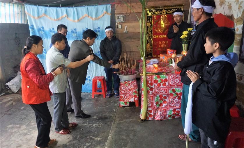 Chủ tịch UBND huyện Hương Khê thăm hỏi gia đình nạn nhân tử vong khi đi xe máy qua đập tràn