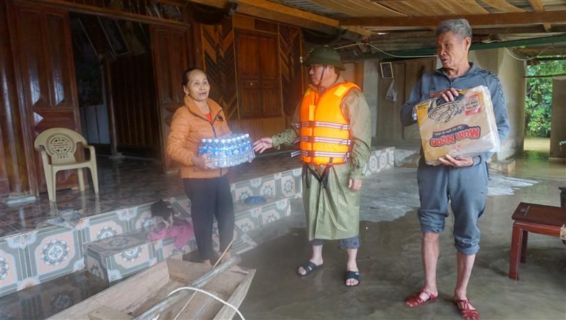Lãnh đạo huyện Hương Khê kiểm tra, thăm hỏi người dân vùng rốn lũ xã Gia Phố, Hương Giang.