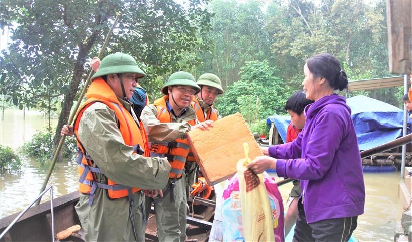 Bí thư và Chủ tịch huyện trực tiếp trao quà động viên bà con vùng lũ Điền Mỹ